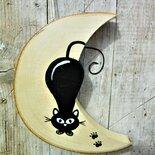 Luna in legno con gatto in agguato