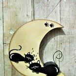 Luna in legno con gatti che dormono