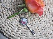 Collana a forma di chiave con rose ricamate