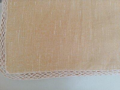 Tovaglietta da tè' realizzata a mano con tessuto damascato e rifinita ad uncinetto con filato in tinta