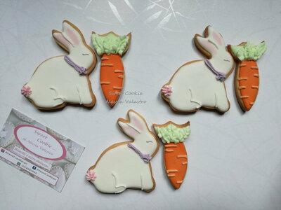 biscotti coniglietti di frolla decorati con ghiaccia reale pasqua regali personalizzati sweet table