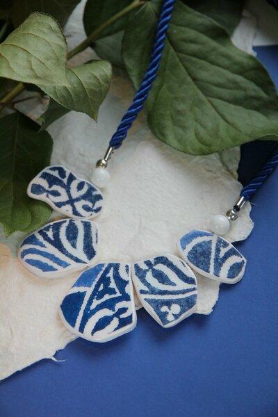 Azulejo collana a girocollo blu con nastro in raso attorcigliato