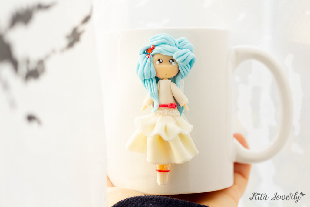 Tazza ceramica decorata in fimo, Tazza mug, Tazze con Dolline in fimo, Tazze con personaggio in fimo, tazze con bambolina in fimo, regali personalizzati tazza e cucchiaio decorato tazza, tazza di tè, tazza di caffè, tazze fatte a mano in fimo,