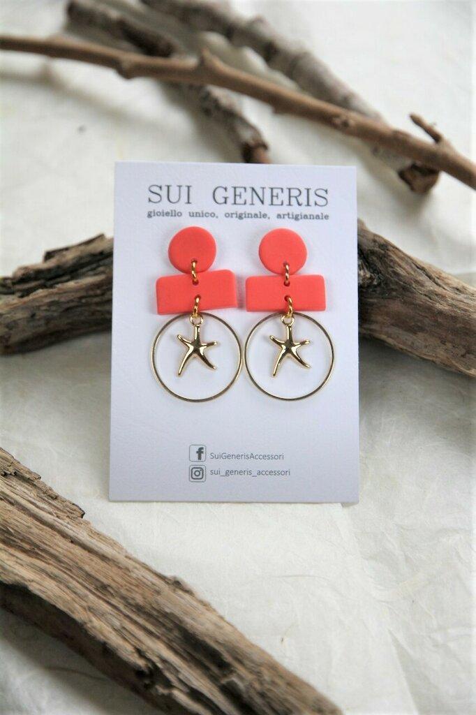 _Coral dream_ orecchini pendenti medio-piccoli color fenicottero con stella marina oro