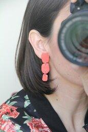 _coral dream_ orecchini pendenti lunghi color fenicottero, forma organica irregolare