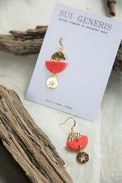 _coral dream_ orecchini pendenti piccoli color fenicottero motivo a stella e mezzaluna oro