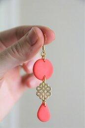 _coral dream_ orecchini pendenti lunghi color fenicottero con decoro a nodo cinese dorato