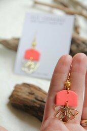 _coral dream_ orecchini pendenti medi color fenicottero con decoro a fiore dorato