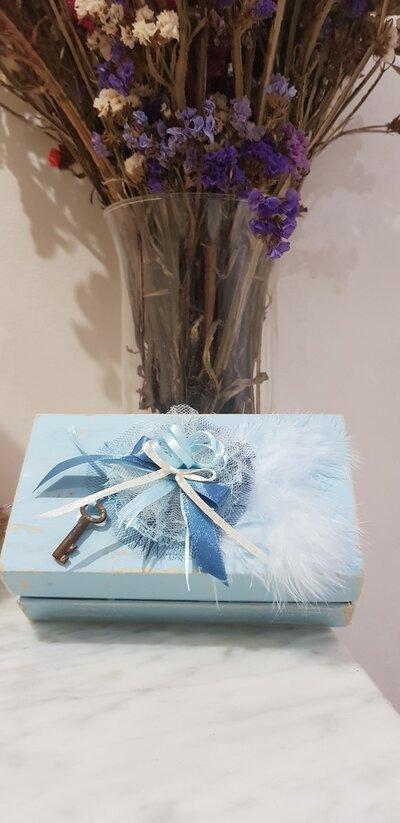 Piccola scatola decorata piume..nastri e chiave in metallo