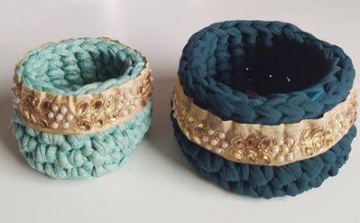 Coppia di cestini di fettuccia in due tonalita' di verde lavorati ad uncinetto e decorati con fascia indiana e bottone dorato