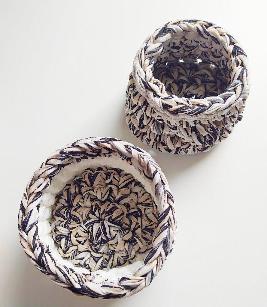 Coppia di cestini impilabili realizzati ad uncinetto con fettuccia bianca e melange bianco nero e crema