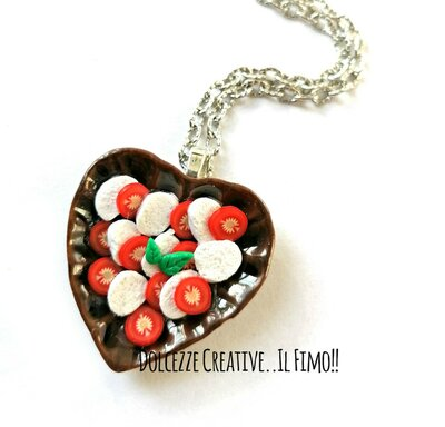 Collana piatto a forma di cuore con caprese - pomodoro, mozzarella e basilico - idea regalo kawaii handmade
