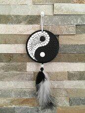 Acchiappa sogni di legno con piume decorato con yin e yang a puntini