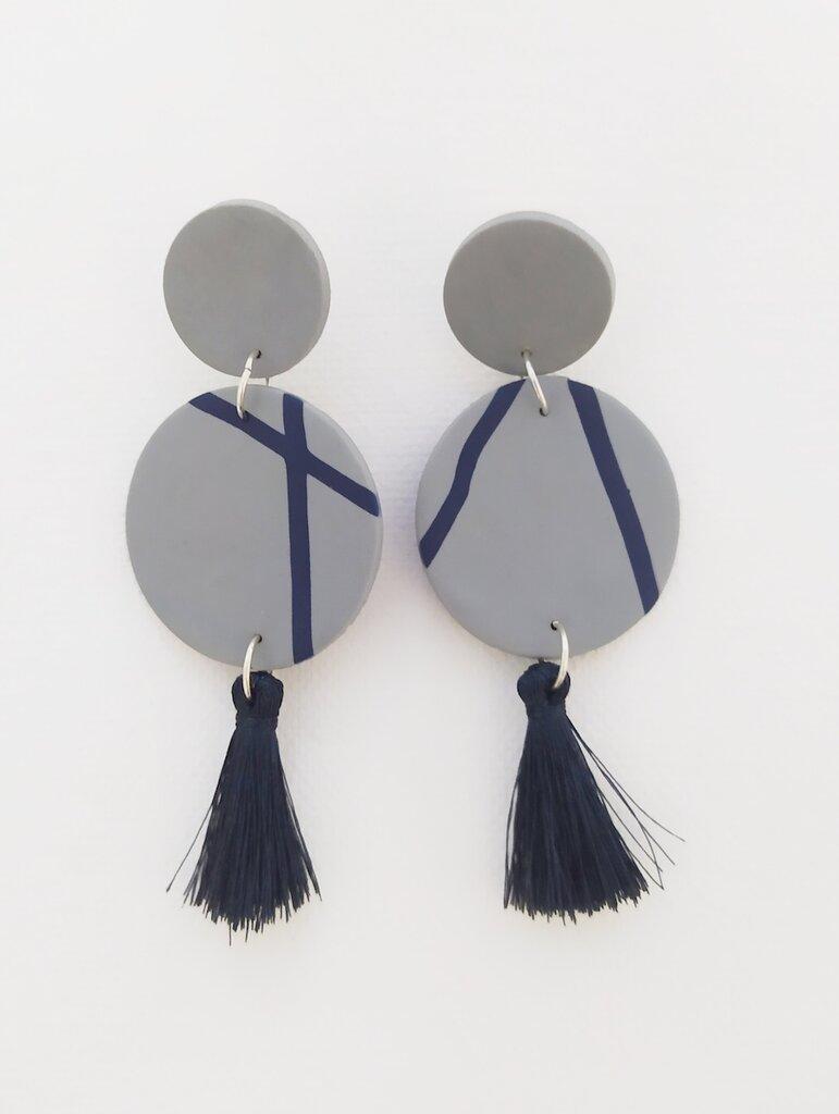 Orecchini pendenti blu e grigi con nappine, fatti a mano