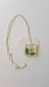 Collana con ciondolo in resina quadrato con fiore e foglie!