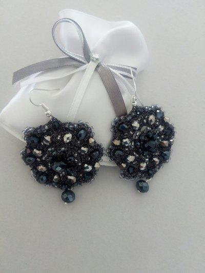 Orecchini eleganti ad uncinetto con cristalli neri ,argento e perline