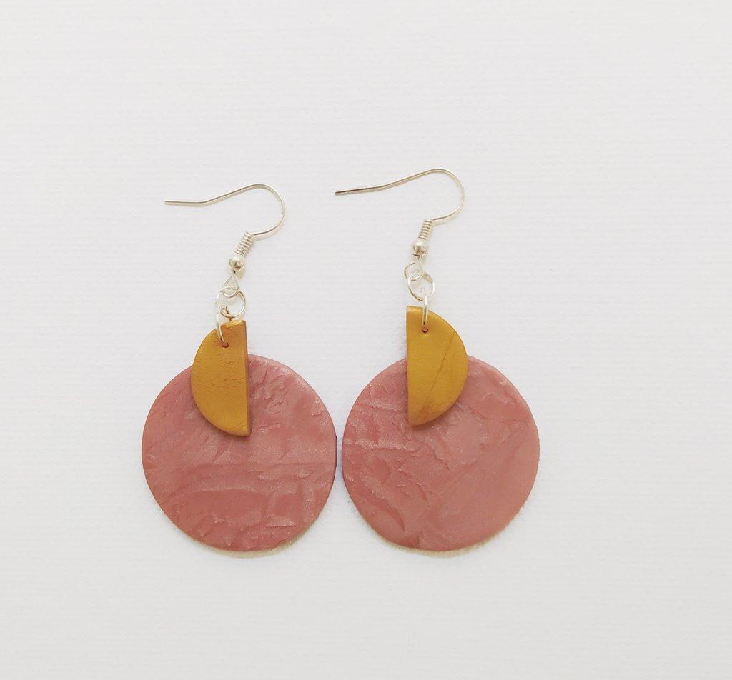 Orecchini pendenti rosa e dorati, fatti a mano in pasta polimerica