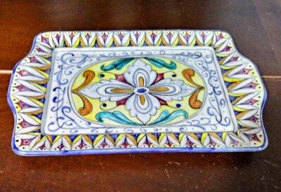 Vassoio di ceramica rettangolare con manici piatti, decoro manuale rosone centrale e altri motivi sulla falda multicolore