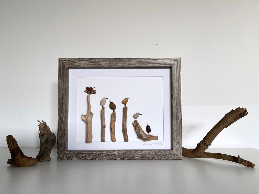 Quadretto con uccellini posati su legnetti, sassi,legno