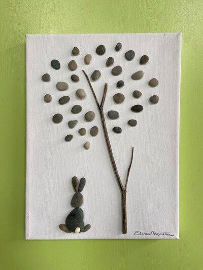 Tela con leprotto sotto l'albero, sassi,rami,tela