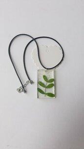 Collana con ciondolo rettangolare in resina con foglie e velina retinata