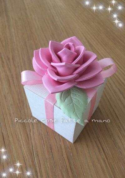 Scatolina porta confetti con rosa in gomma crepla per Battesimo o Nascita