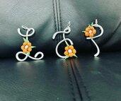 Ciondolo Lettera in Wire con Fiore Arancione
