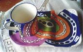 Piatto e tazza colazione di ceramica decorata motivo a balze a cori vivaci modellati a mano