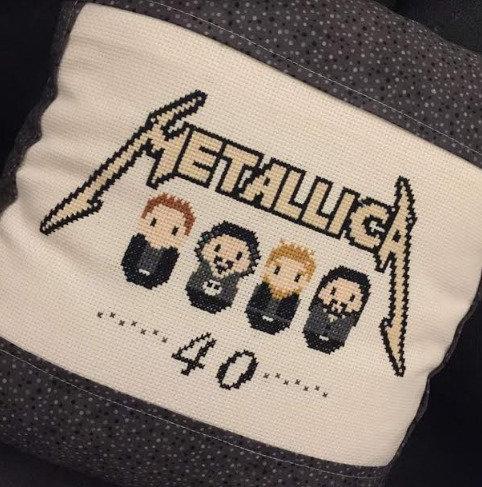 Cuscino ricamato tema Metallica