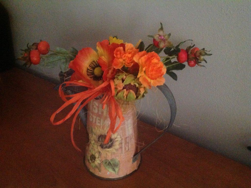 composizione fiori finti innaffiatoio metallo decoupage