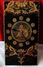 Orologio in legno decorato decoupage con soggetti di Trine Pizzi e Merletti, fondo nero e craquelè