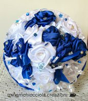 Bouquet con rose bianche e blu