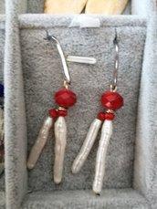 Orecchino perla allungata e finitura in rosso