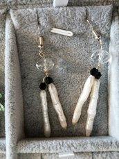 Orecchini in perla allungata e finitura nera