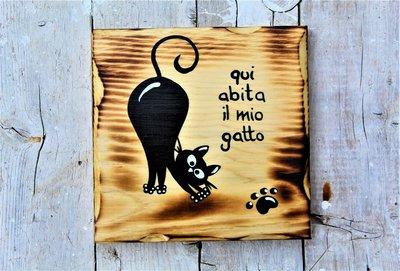 Targhetta in legno con gatto che si stiracchia