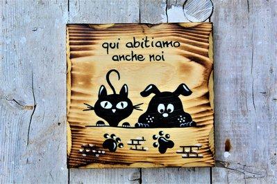 Targhetta in legno con cane e gatto sul muretto