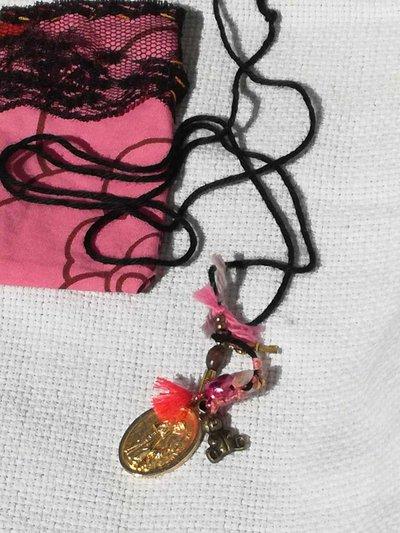 collana amuleto in filo di cotone con santino vintage
