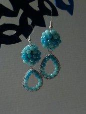 Orecchini eleganti ad uncinetto con cristalli azzurri di diverse tonalità
