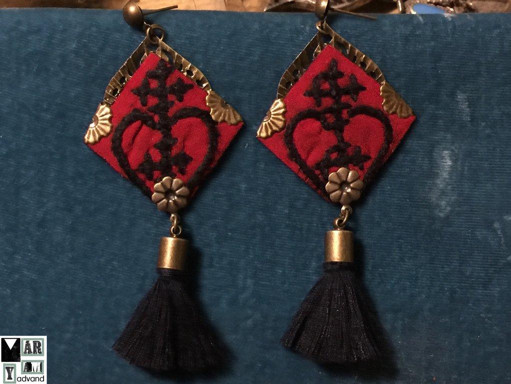 orecchini tradizionali fatti a mano ,