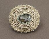 spilla ovale ricamata di perline con pietra dura di avventurina