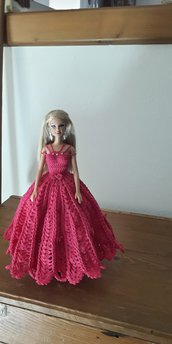 Barbie con vestito rosa.