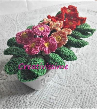 Vasetto di primule multicolore all'uncinetto