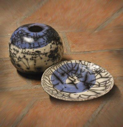 ceramica come mestiere: Bianco su nero per un vaso in raku