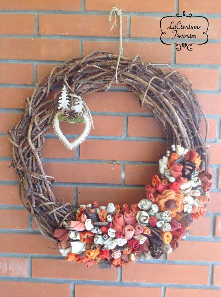 Ghirlanda decorativa di tralci di vite, boccioli e fiori cuciti a mano