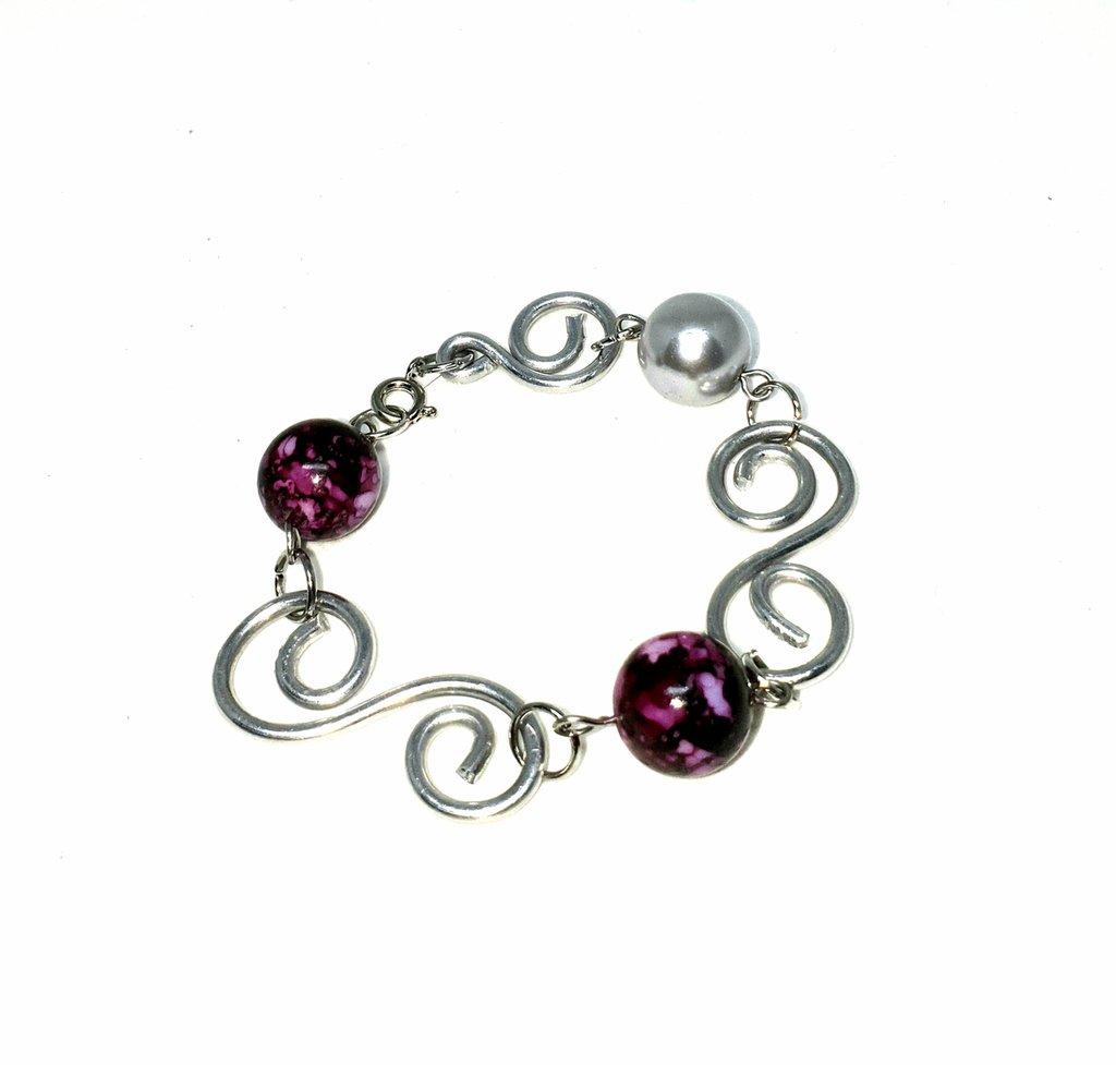 Bracciale wire perle marmorizzate viola .