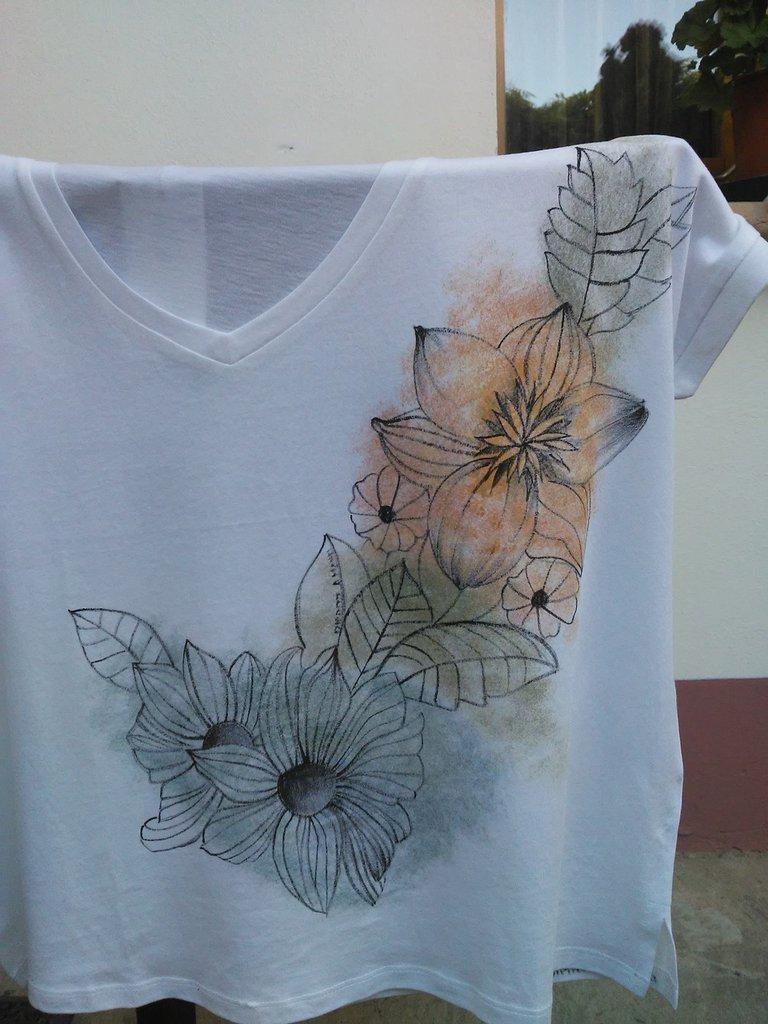 Maglietta con fiori dipinta a mano