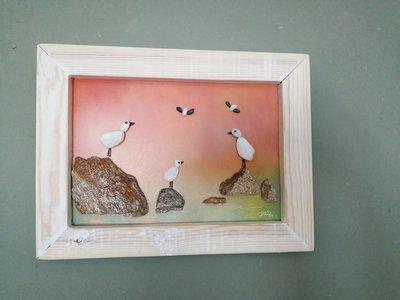 uccellini al tramonto collage di sassi su legno dipinto a mano