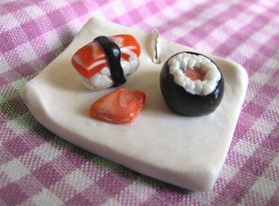 Ciondolo charm piattino plate sushi in cernit 3