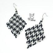Orecchini a rombo bianchi e neri in tessitura di perline