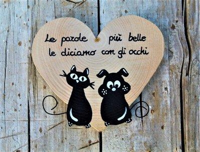 Cuore in legno con cane e gatto seduti